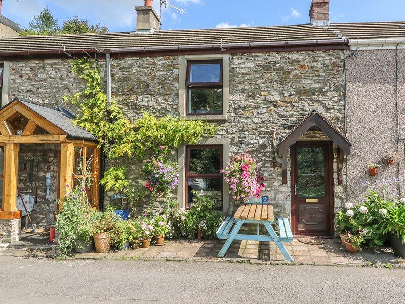 2 GRAIG COTTAGES, terraced holiday home, woodburner, pet-friendly, enclosed, location de vacances à Pont Yates