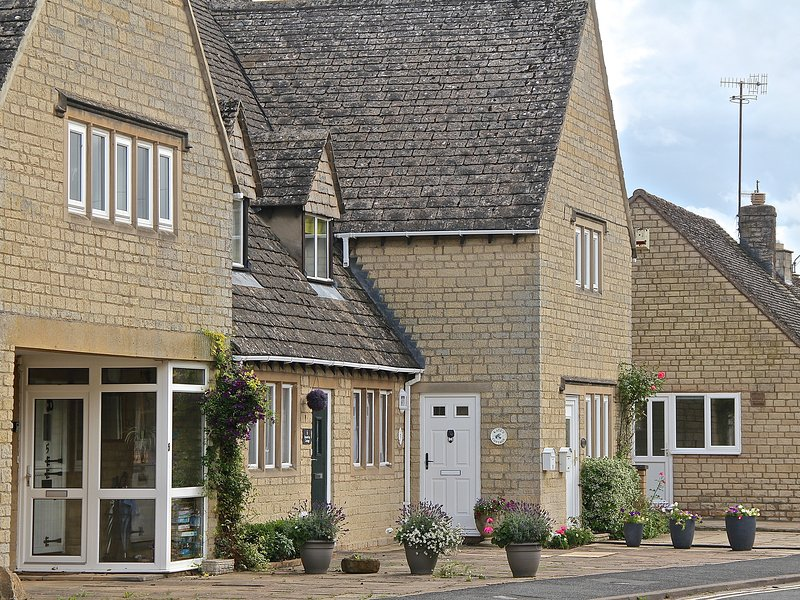 KATE'S COTTAGE, WiFi, centre of the Cotswolds, in Bourton-on-the-Water, Ref, holiday rental in Upper Slaughter