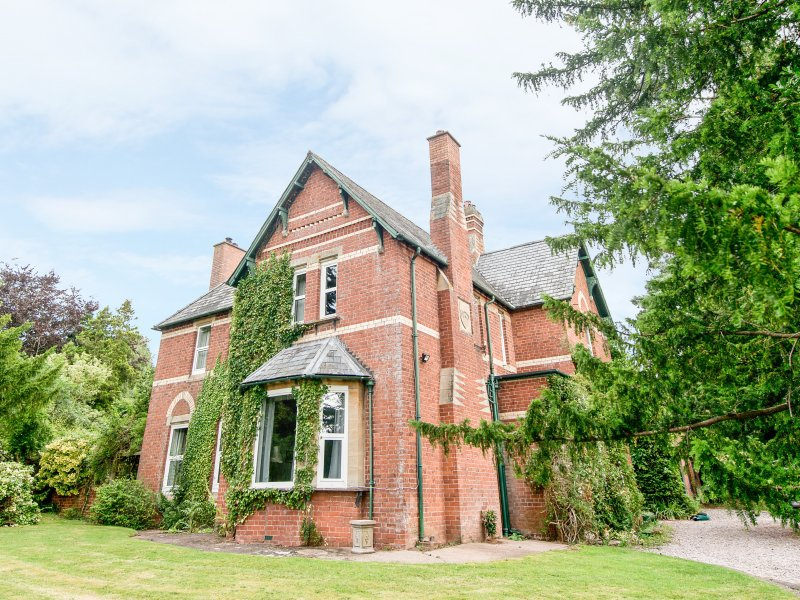 THE OLD VICARAGE, woodburner, open fire, private gardens, nr Peterchurch, Ref, vacation rental in Herefordshire