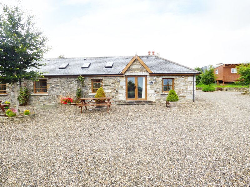 DAFFODILL COTTAGE, open fire, enclosed courtyard with furniture, stunning, holiday rental in Donard