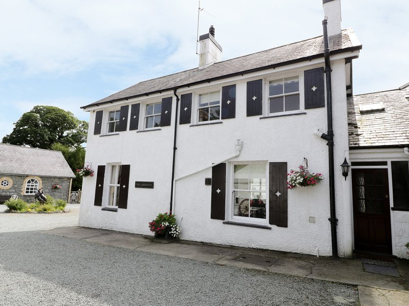 GARDENERS COTTAGE, pet-friendly, character holiday cottage, with a garden in, holiday rental in Llanystumdwy