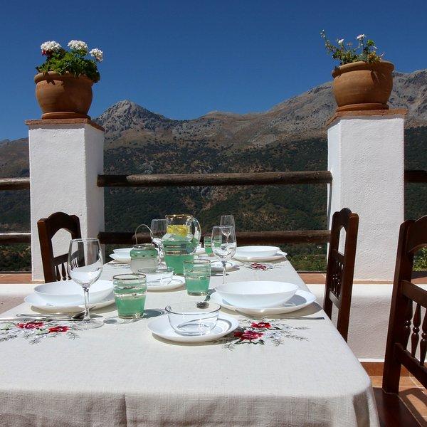 Magnífica terraza al valle del Guadiaro y Sierra de Grazalema. Casa-Molino: El Molino del Panadero