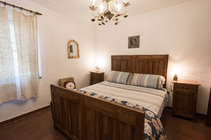 Suite 4px in Agriturismo Toscano + colazione + uso piscina, vacation rental in Cesa