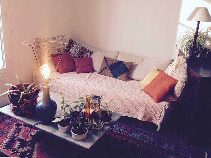 La sala de estar con sofá (convertible en cama doble), una oficina, una biblioteca (libros y equipo de música)