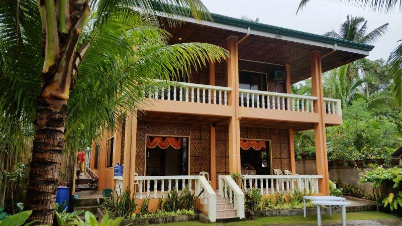Escape a nuestra tranquila villa de 5 dormitorios junto al mar. bebidas de bienvenida frescas espera su grupo.