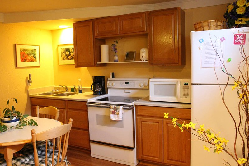Warm& cozy apartment-sleeps 6, full kitchen, close to everything Missoula! Enjoy your stay here.
