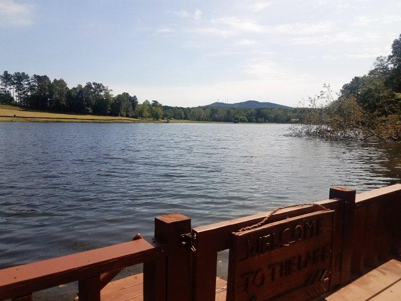 "vista magnífica a partir do deck na beira do lago ""Serenity Now"" Chalet"