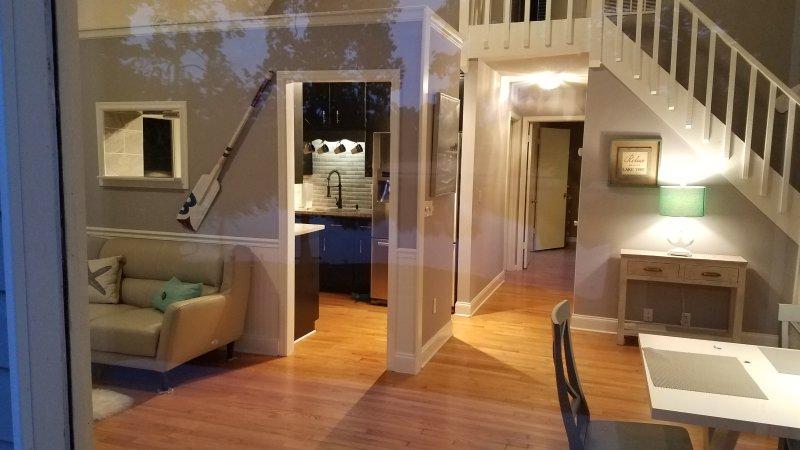Lindamente decorado que mostra o interior área e cozinha e corredor sentado ao quarto principal