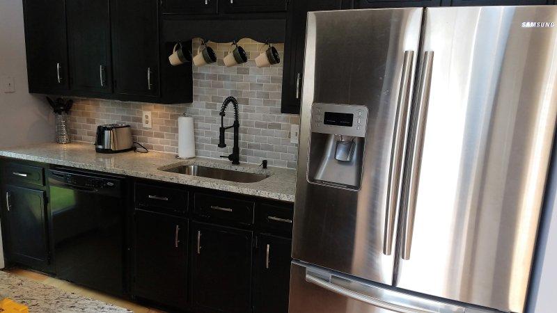cozinha completa moderna com Keurig, Escala elétrica e forno, torradeira, micfrowave, panelas, frigideiras, talheres