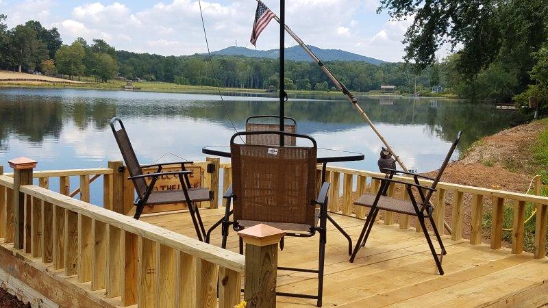 Chalet tem a sua própria pesca privada e deck de visualização, relaxar com uma e apreciar as vistas esplêndidas
