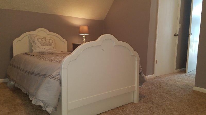segundo quarto no andar de cima com 2 camas individuais, closet e banho meia