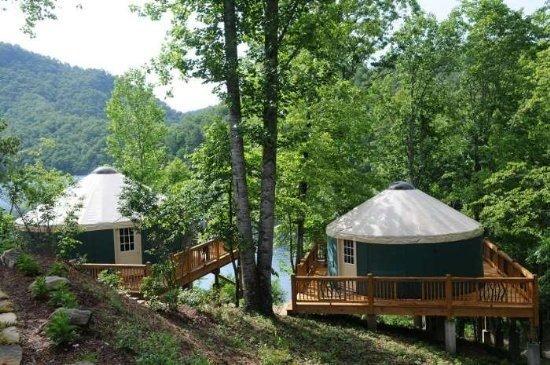 Bears 'Den Yurt (Links) / Snug Yurt (Rechts)