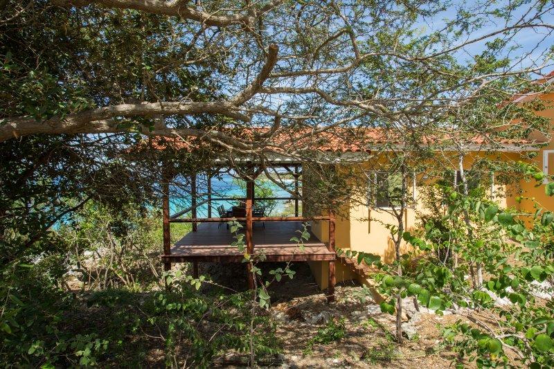 Vue de face du bungalow avec son porche