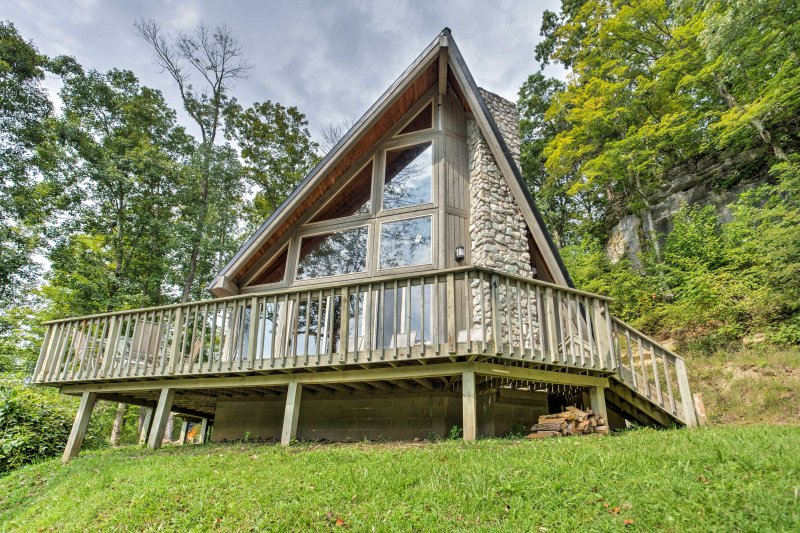 Combining a beach theme with a deluxe mountain cabin makes 'Southern Comfort,' this 3-bedroom, 2-bath vacation rental cabin, truly unique!