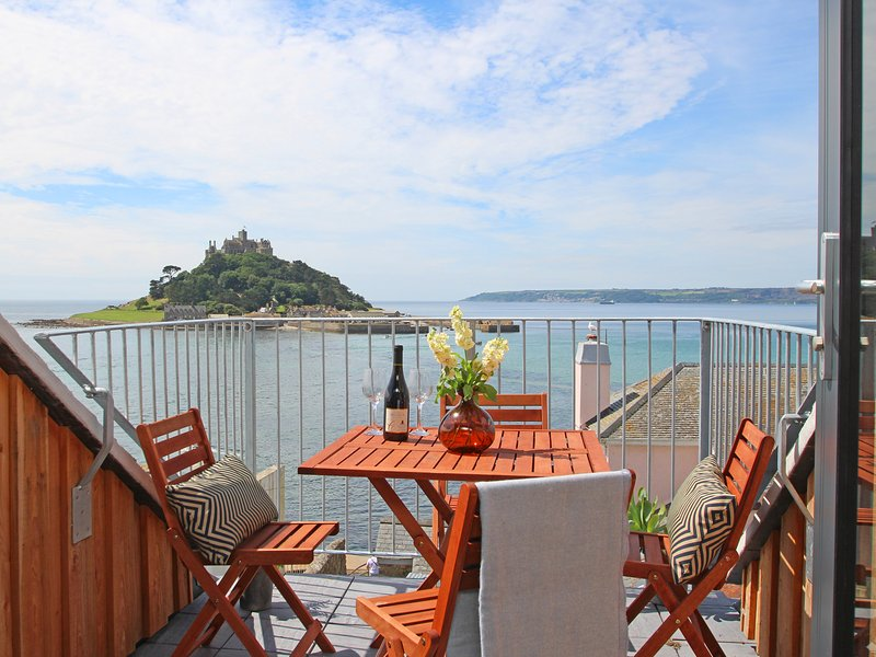STAR HOUSE, sleeps six, en-suite, balcony, log burner, Marazion, Ref 960823, Ferienwohnung in Marazion