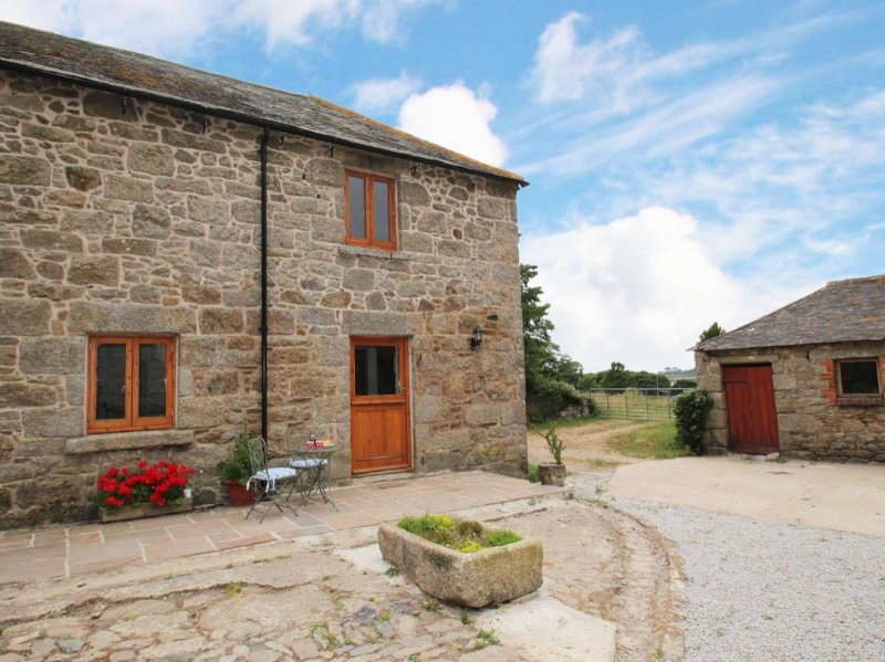 THE COURTYARD reverse-level barn conversion, rural location, near Porthleven, vacation rental in Praze-An-Beeble