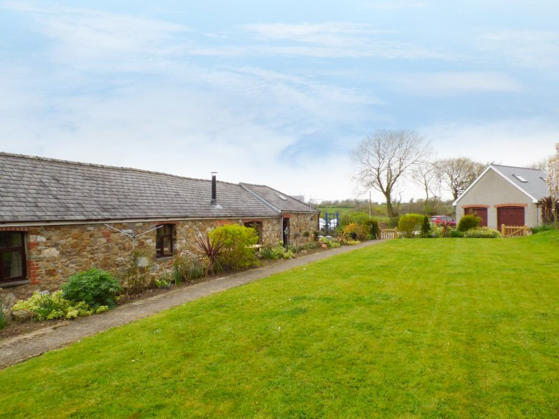 THE BARN AT HARROLDS FARM, en-suite, woodburner, piano, Kilgetty, Ref 957697, casa vacanza a Cresselly
