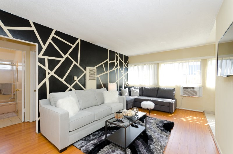 HUGE AND BRIGHT 1 BEDROOM APARTMENT, 1 QUEEN SIZE BED + TRANSFORMABLE SOFA INTO A QUEEN SIZE BED
