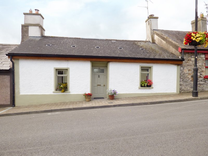80 NEW STREET, terraced, woodburner, enclosed garden, nr Lismore, Ref 955120, holiday rental in County Waterford