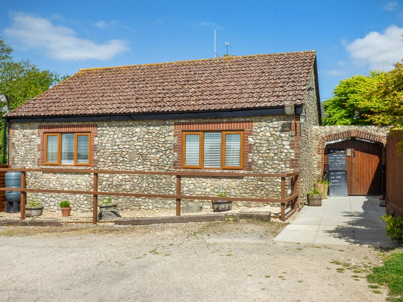 THE BOLTHOLE, open plan, close to local amenities, barbecue, in Hawkchurch, vacation rental in Axminster