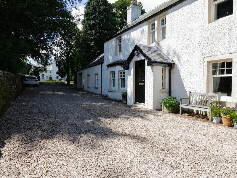 BANNATYNE LODGE, detached, woodburner, pet-friendly, walking routes in the, holiday rental in Angus