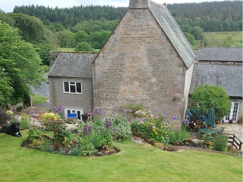BONNY BARN, romantic cottage, pet-friendly, shared terrace, centre of village, vacation rental in Thropton