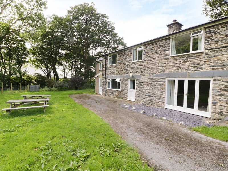 TY POPTY, woodburner, fenced garden by river, stables, on working farm near, vacation rental in Llanwrin