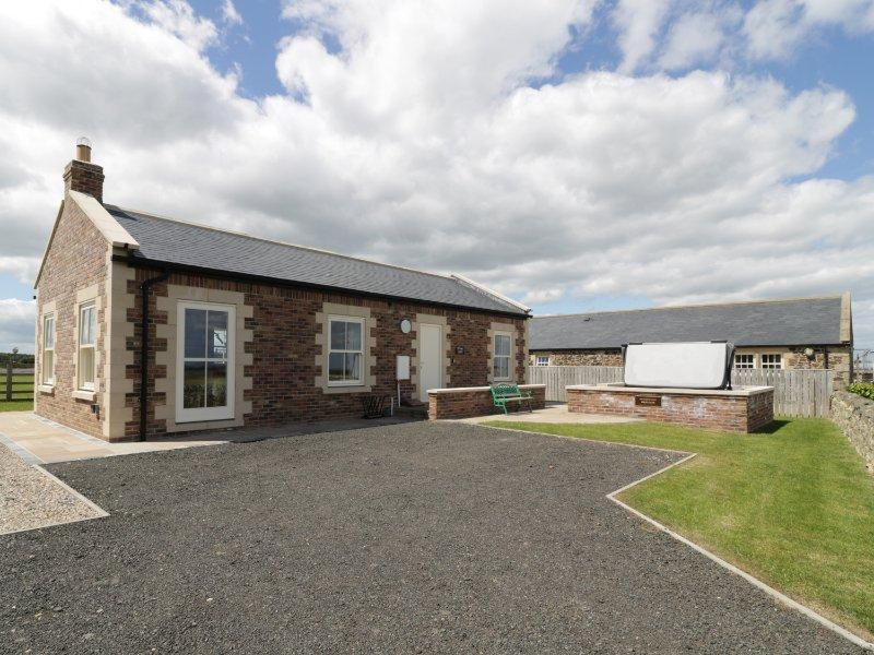 WEST GATE, all ground floor, open plan, woodburner, hot tub, Embleton, Ref, holiday rental in Brownieside