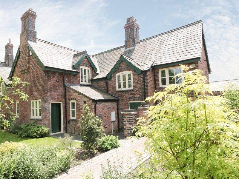 NEWLANDS FARM, brick-built cottage, WiFi, pet-friendly, walks from the door, in, holiday rental in Alfreton