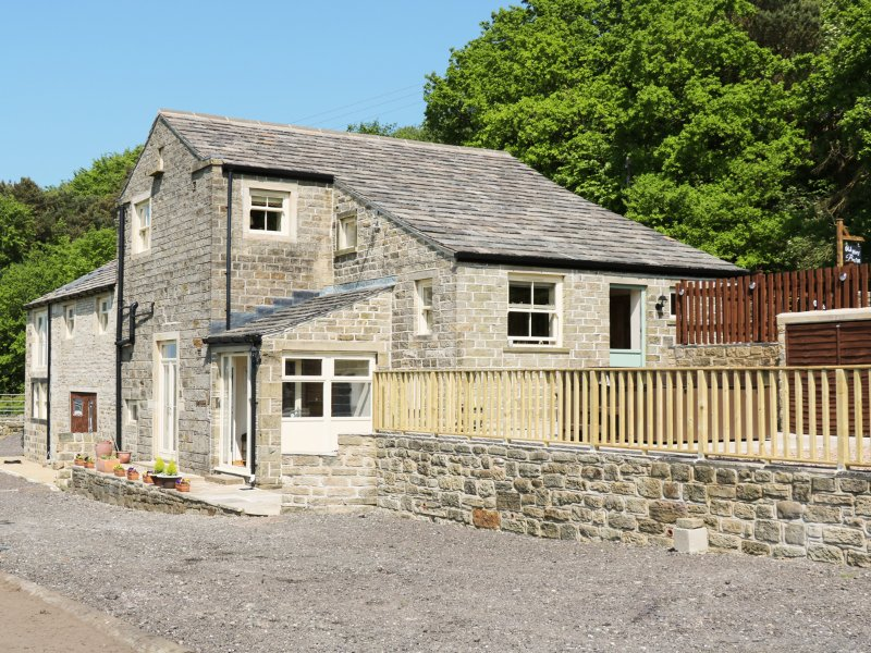 OLD HAY BARN, character, great views, four bedrooms, near Holmfirth, Ref 946821, Ferienwohnung in Stocksmoor