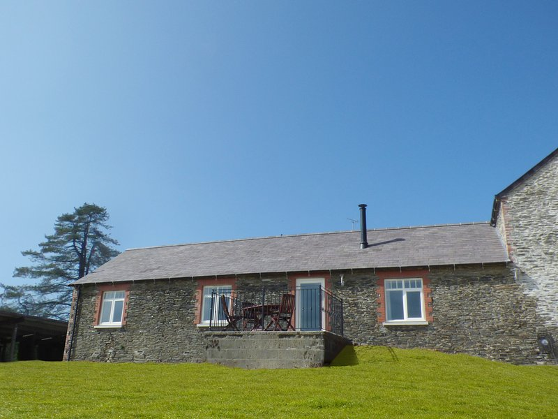 LLAETHDY - THE DAIRY, ground floor, modern, en-suite shower, WiFi, woodburner, holiday rental in Cilgerran