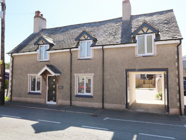 THE OLD NAG'S HEAD, detached, en-suite, multi-fuel stove, parking, patio, in, Ferienwohnung in Llanbedr Dyffryn Clwyd