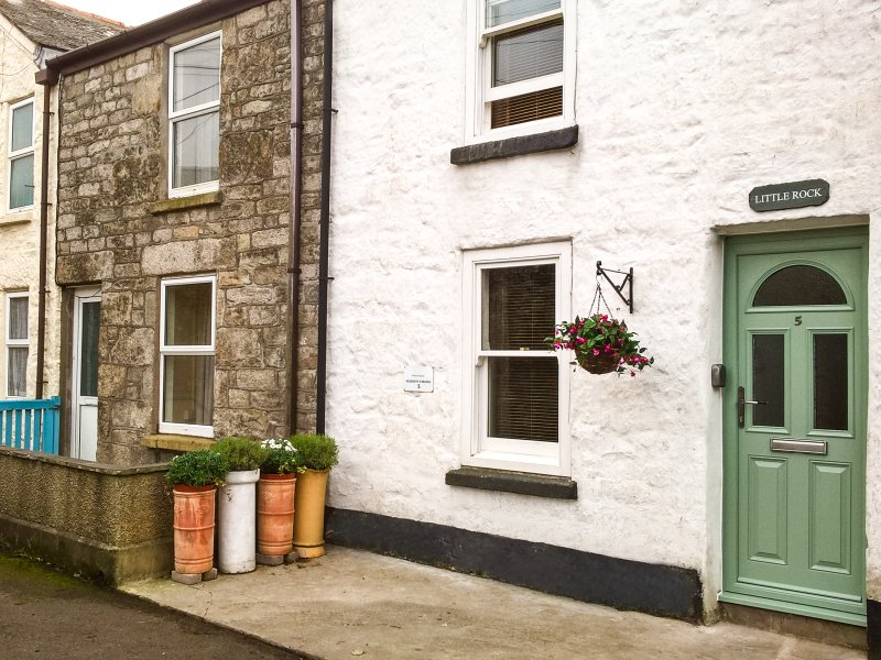 LITTLE ROCK mid-terrace, woodburner, town location, good touring, WiFi in St, holiday rental in Botallack