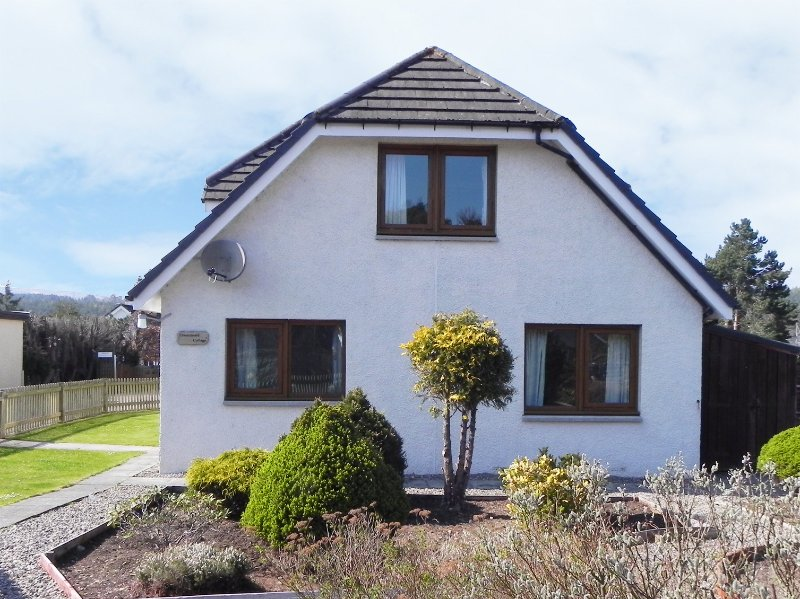 DRUMMOND COTTAGE, spacious cottage, woodburner, garden, in Grantown-on-Spey, vacation rental in Grantown-on-Spey
