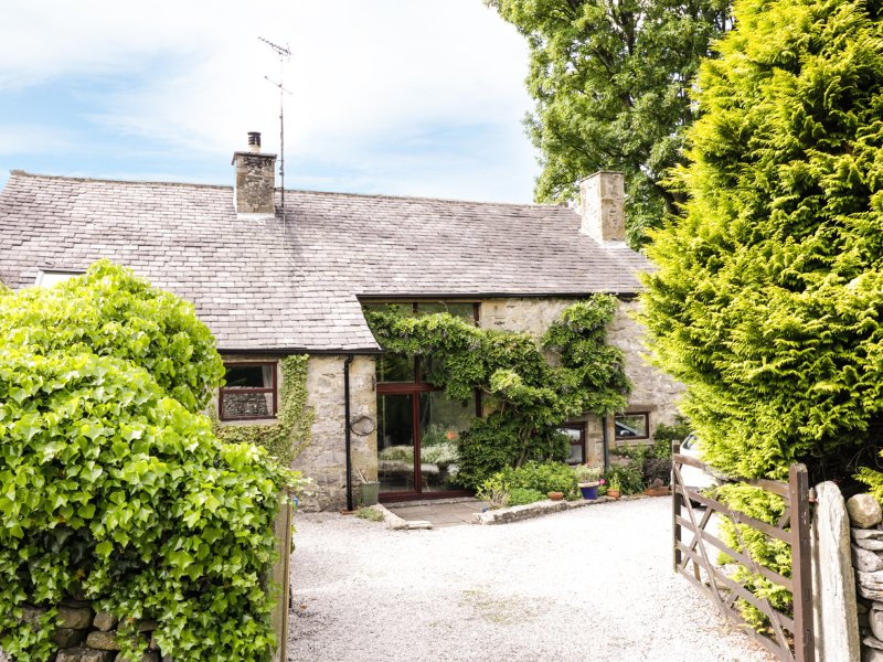 HAWORTH BARN, character cotatge, pet-friendly, Jacuzzi bath, enclosed garden, vacation rental in Settle