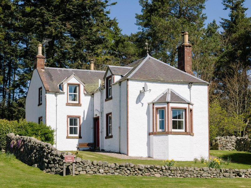 ROTTAL FARMHOUSE, detached, en-suite, open fire, woodburning stove, glen views, vacation rental in Murthill