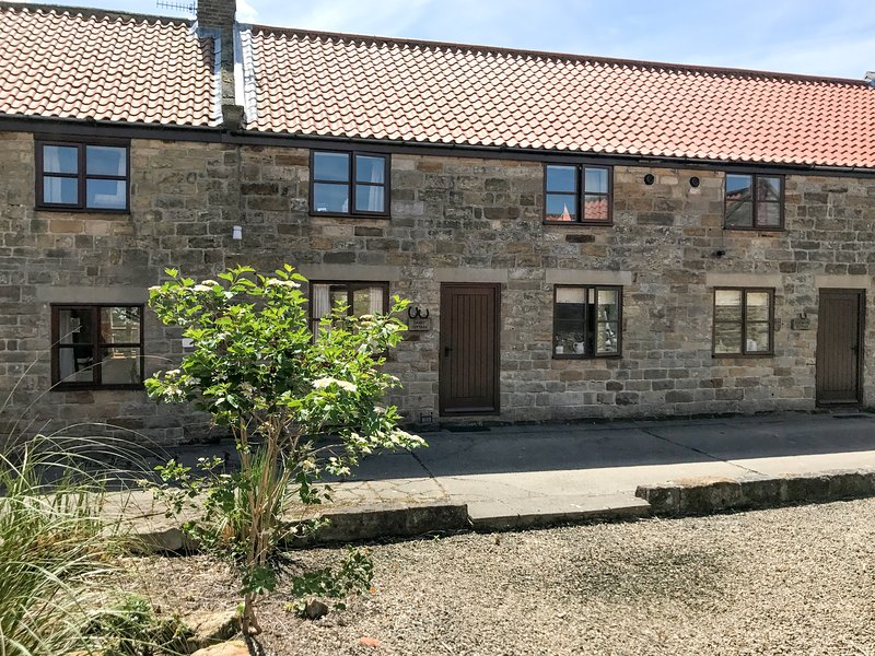 DANBY COTTAGE, stone cottage, open plan, patio, WiFi, near Ruswarp, Ref 920738, Ferienwohnung in Briggswath