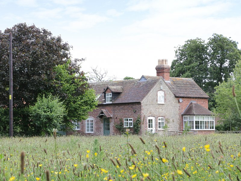 RECTORY COTTAGE, detached, woodburner, ample parking, garden, in Cound, location de vacances à Upton Magna