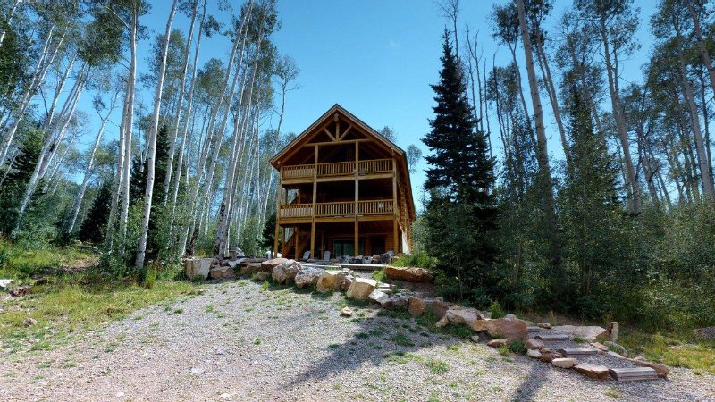 Mountain Retreat w/ 8 bed Lodge + 3 cabins, pavilion, & lake, holiday rental in Monticello
