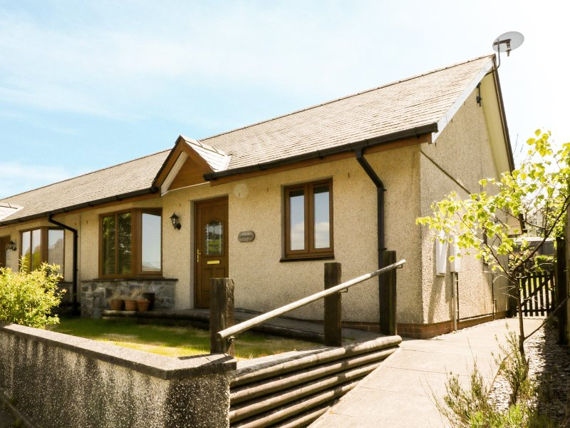 GORWEL, pet-friendly bungalow, close to shop and pub, walks from door, in Llan, vacation rental in Gellilydan