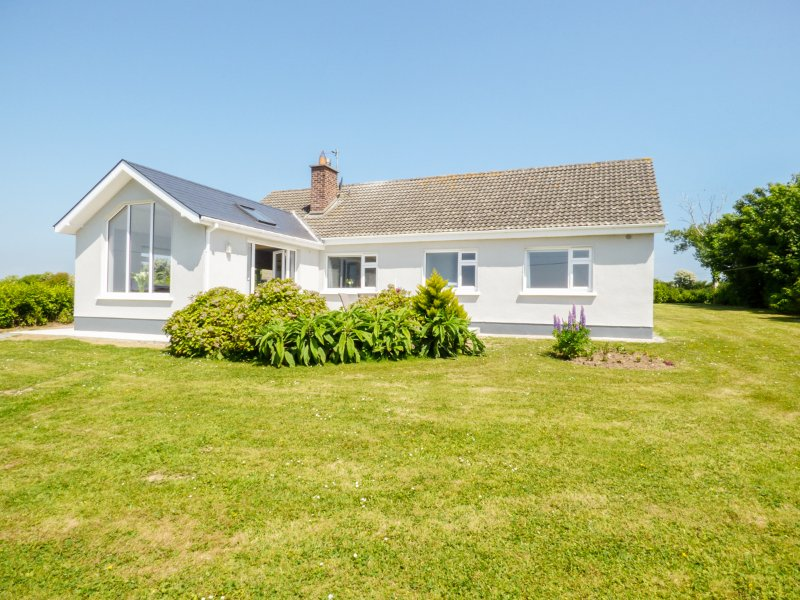 MAGGI ROE'S, detached bungalow, open fire, lawned gardens, pet friendly, in, holiday rental in Hook Head