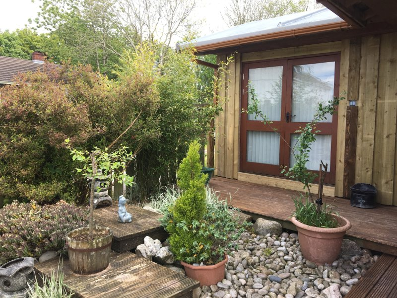 THE HONEYPOT, log chalet, with Jacuzzi bath, and enclosed patio, in Pembroke, holiday rental in Lamphey