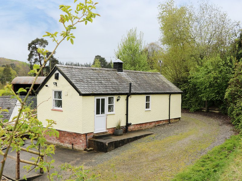 TYN Y MINFFORDD, romantic retreat, fishing pond near Ruthin Ref 14899, holiday rental in Pentre Llanrhaeadr