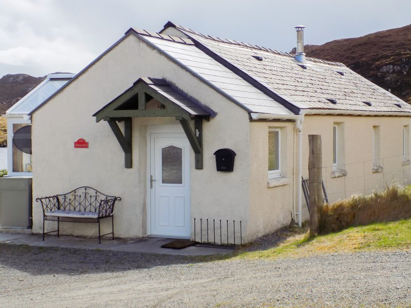 OLD MISSION HALL, pets welcome, woodburner, loch views, romantic retreat, near, holiday rental in Balallan