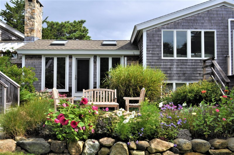 BLASD - A Gem in Chilmark, Impeccably Maintained Home,  Multiple Decks and Patio, Ferienwohnung in Chilmark