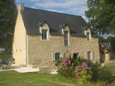 Beautifully renovated farmhouse, location de vacances à Lanouée