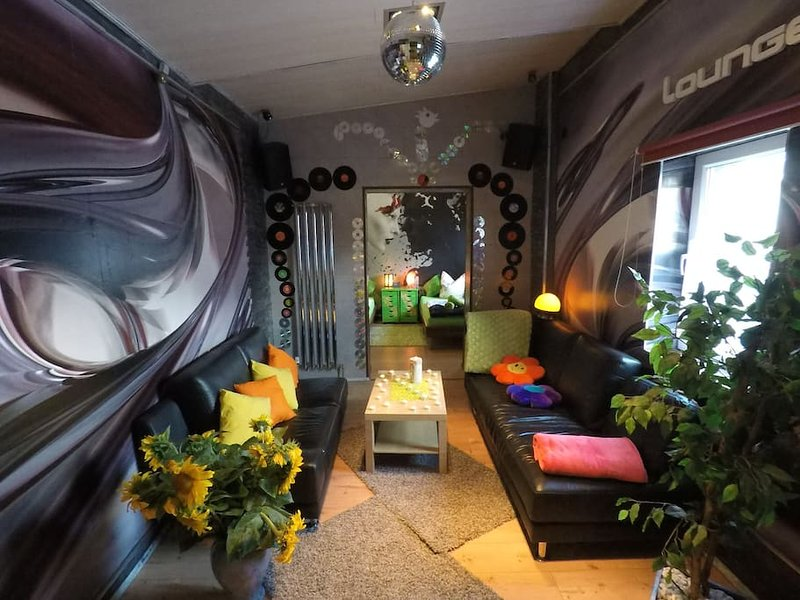 Upbeat lounge with disco ball, AmbiLightTV & great Spielekiste