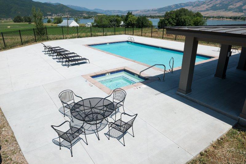 Edgewater Pool & Hot Tub