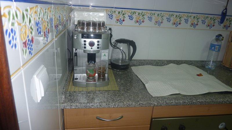 máquina de café expresso e uma chaleira eléctrica