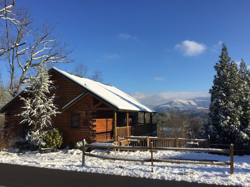 Winter Wonderland with Skiing 15 minutes away in Ober Gatlinburg!